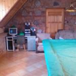 Stół bilardowy i komputer do dyspozycji gości